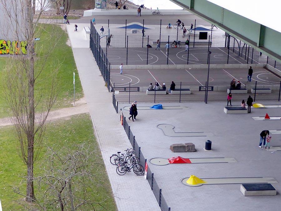 Spielplatz unter der Zoobrücke