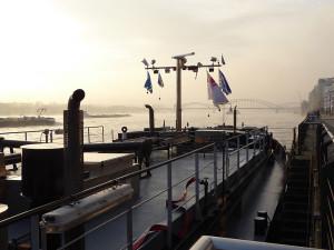 Frachtschiff am Pier vor der Südbrücke