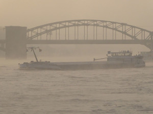 Frachtschiff vor der Südbrücke