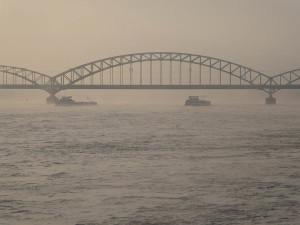 zwei Frachtschiffe vor der Südbrücke