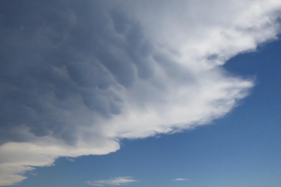 Deutlich zu sehen, die Mammatus-Wolken an der Unterseite der aufziehenden  Gewitterwolken