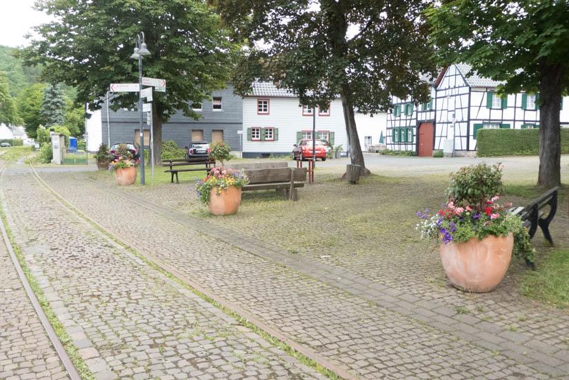Bahngleise mitten über den Dorfplatz