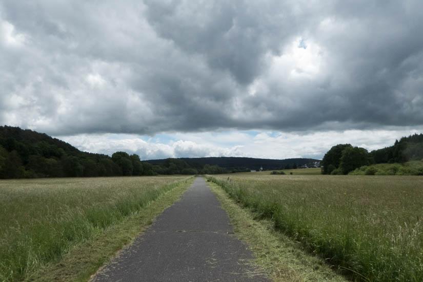 Der Radweg kurz vor Kall zwischen Wiesen