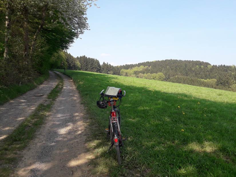 Päuschen am Feldweg am Sträßchen nach Schmitzhöhe
