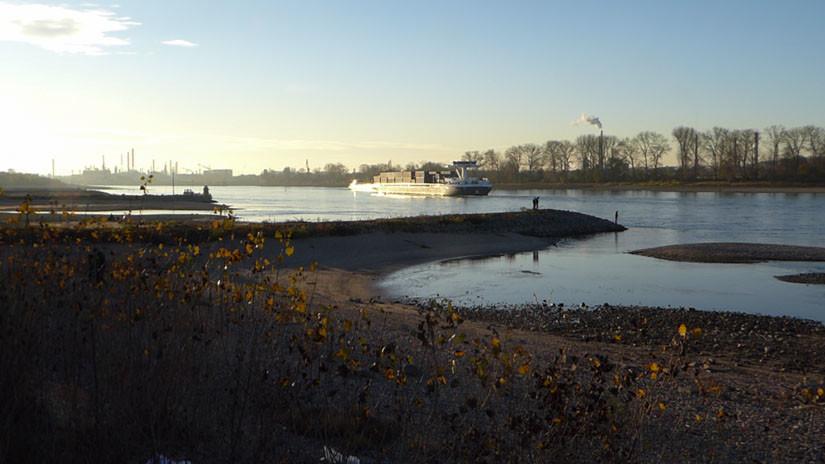 Rheinblick mit Raffinerie